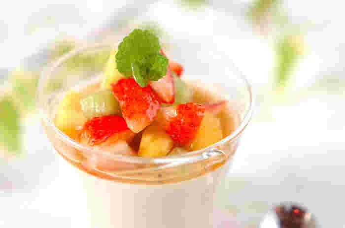 寒天と米粉で固めたココナッツプリンです。季節のフルーツを刻んで、マチェドニアソースでいただきましょう。