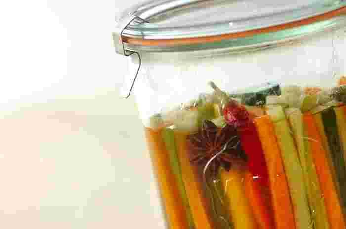 こちらはスターアニス(八角)や五香粉をプラスしていつものピクルスを中華風の味に仕立てたレシピです。このようにボトルで作ってそのまま持参!見た目も美しく名わき役になりそうです。