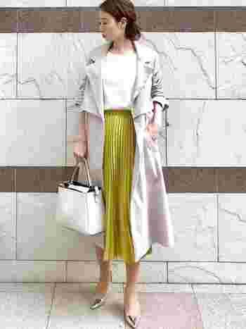 より華やかな印象にしたいときは、明るいカラーのスカートを合わせて。他のアイテムをシンプルにすることで、きちんと感を出すことができます。