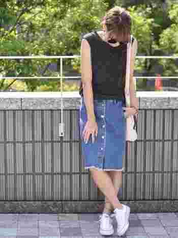 デニムにスニーカーは定番の組み合わせ。裾が切りっぱなしになったスカートに素足で履いたスニーカーがかっこいいですね。