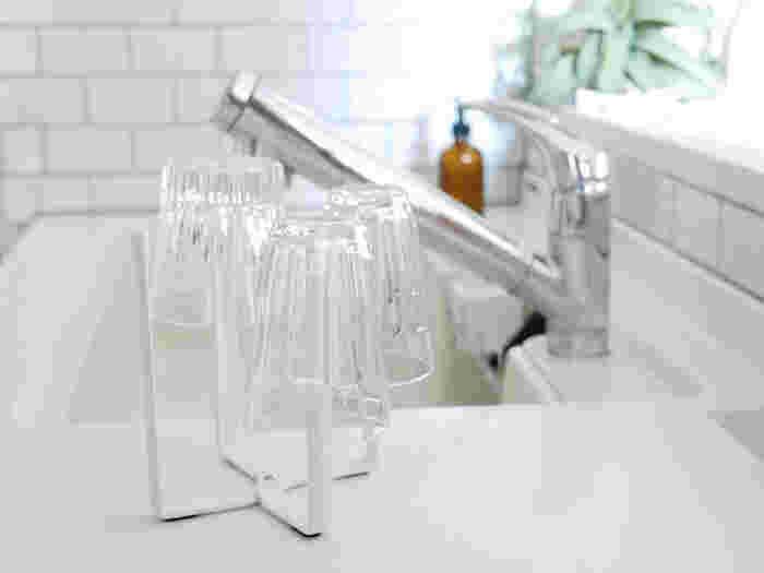 ノーマルとLサイズの2サイズ展開です。ビニール袋を設置する他にも、グラスを乾かしたり、ペットボトルを乾かしたり、フリーザーバックを乾かしたり・・・と色々役に立ってくれます。