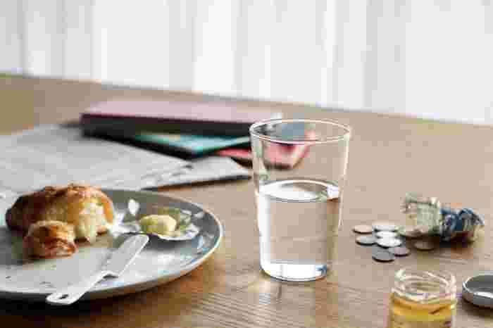 手にスッと馴染む適度なサイズ感やシルエット。どこまでもシンプルで水のような美しいグラスです。朝食からティータイム、ディナータイムにも活躍してくれそう。