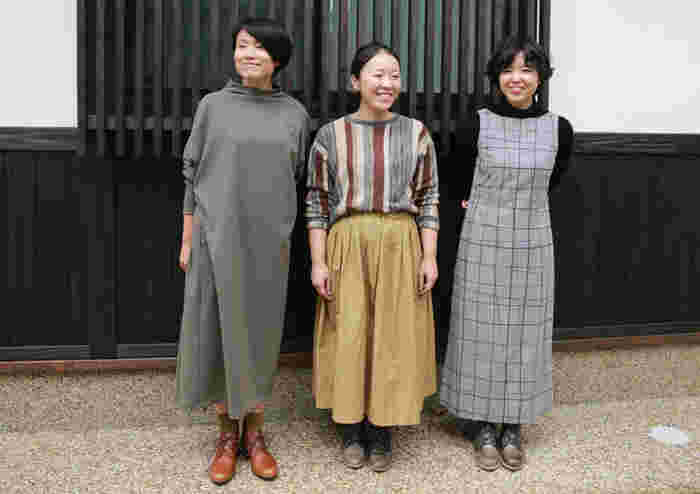 女性スタッフのみなさんが履いているのは、スタイリッシュなフォルムのレースアップシューズ「LEVANTO(レバント)」です。スカートやワンピースに上品にマッチして、とてもおしゃれな雰囲気ですね。LEVANTOはムラ感のある独特の色合いが特徴の「Vintage Grey」(写真右・中央)と、明るい栗色をした「Maple Brown」(写真左)の2色展開です。思わず両方揃えたくなるほど、どちらのカラーも素敵ですね。
