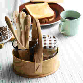 トーストを食べる時に必要なジャムやカトラリーをコンパクトにまとめて。ハンドル付きのボックスなら、キッチンからダイニングへの移動もラクラクです。