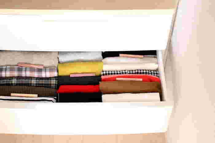 衣替えで衣類チェストの中身を取り出すなら、ついでに拭き掃除をしておきましょう。水拭きしてしっかり乾燥させてから洋服をしまいます。冬物をしまうところには防虫剤を入れておくと安心です。
