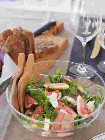 いちじく、モッツァレラ、生ハムのサラダは穏やかな色味がとても美しく、女子が大好きな素材の組み合わせです。木製のサラダサーバーを添えているのがよく似合っていますね。