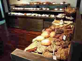 店内には焼きたてのパンがずらりと並びます。パンの焼ける良い香りがしてきそうです。
