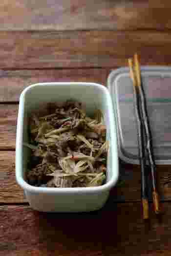ご飯が進む牛肉とごぼうのしぐれ煮も定番にしたい一品。めんつゆを使うので味付けも簡単。冷ましてしている間に味がしみこむので、常備菜にもぴったりです。