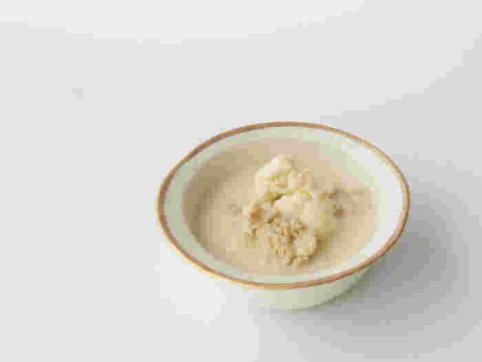 その風合いを損なうことのないシンプルなデザインは、シーンを選ばず食卓を華やかに彩ってくれます。和にも洋にも使えるラグジュアリーで万能なデザインは「小玉陶器」ならでは。