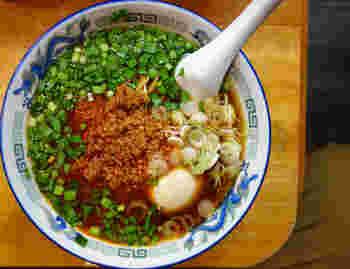 ラーメン屋「高松」では中華そばや味噌・塩ラーメンと一緒に、台湾ラーメンもメニューにしっかりとあります。ラーメン屋らしく味玉を追加、なんてことも可能。ニラに加えてネギが入っているのもラーメン屋らしいですね。スープは中華と塩と選ぶことができますよ。