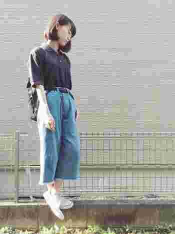 ポロシャツはマニッシュなきこなしにはもってこいなアイテム。定番のデニムなどとあわせてシンプルに着こなすなら、ワイドパンツといったシルエットに変化を付けて今っぽく着こなしましょう。