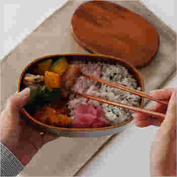 長野県の御嶽山で採れるヒノキに漆を塗った軽くて丈夫なお弁当箱です。経年変化も楽しんでいけるお弁当箱には愛着が湧きます。