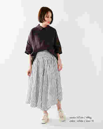 スカートのようなボリューム感のあるストライプ柄の袴パンツ。リネン素材だからこそ、ボリュームがあっても軽やかに動く事ができます。