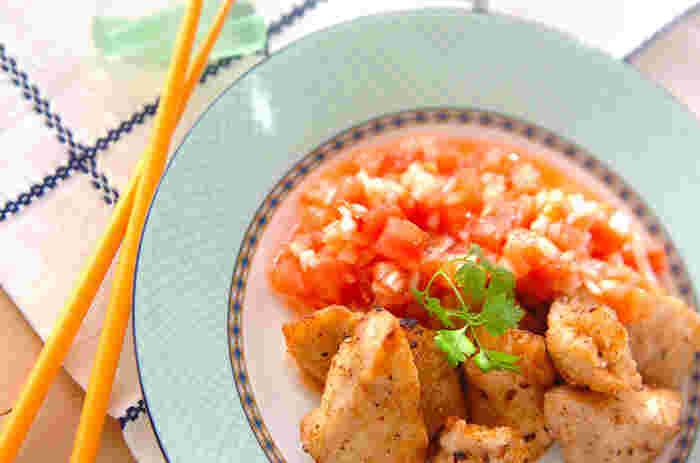 トマトの酸味が食欲をそそる、サルサソースを添えたレシピ。彩りも鮮やかで食卓を華やかにしてくれそう。