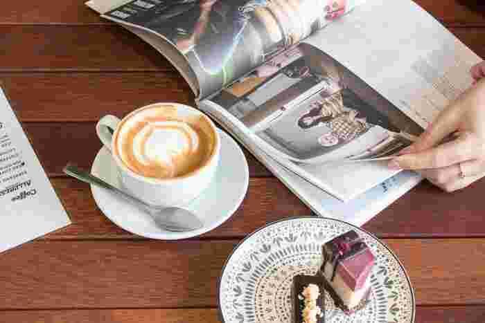 行ってみたいカフェがあるなら友達とおしゃべりをして過ごすのもいいけれど、たまには一人でゆったり満喫するのはどうでしょう?見たかった雑誌や行ってみたい旅先のガイドブック、お気に入りの音楽を持ち込み、気になっていたケーキも頼んで、ゆったり気の済むまでカフェタイムを堪能しましょう。贅沢な自由時間は、明日に向き合う活力になります。