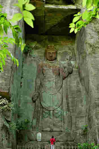 鋸山の南側には、西暦725年に開かれた関東最古の神社「日本寺」があります。岩壁に彫られた百尺観音は、高さ100尺(約30メートル)と見上げるほど大きく、その荘厳な姿が印象的です。