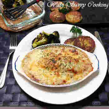 ソテーした菊芋とサーモンをグラタンにしたレシピ。ホワイトソースに白ネギを使用して、和風のエッセンスも。ボリュームを出すのが難しい、魚料理もグラタンならおなかも大満足です。
