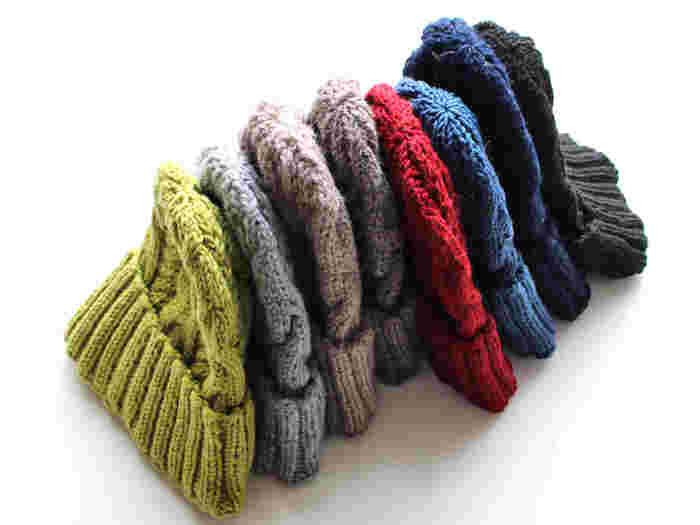 アラン編みが可愛らしいシンプルなニットキャップ。1点1点、丁寧にハンドメイドで仕上げられた風合い豊かなキャップは、被るだけでコーデをセンスアップしてくれる優秀アイテムです。豊富なカラー展開も魅力で、彼や家族と色違いで揃えるのも楽しそう。