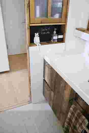100均のシートとは思えないクオリティの高い仕上がりに、家族も驚いたそう。モダンな印象だった洗面台が、一気にシャビーシックに早変わり。