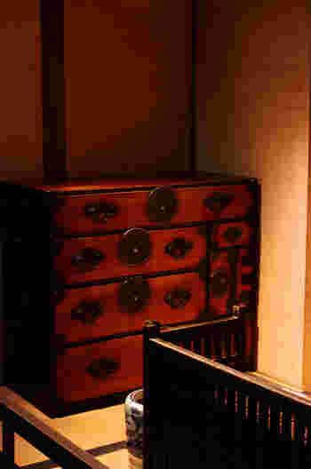 歴史を重ねた和箪笥や実家にあるような昔の桐たんすは、自分で手を加えるのもいいですが、やはり業者さんにお願いして再生していただくのが一般的。見違えるように美しく、そして使いやすく生まれ変わります。