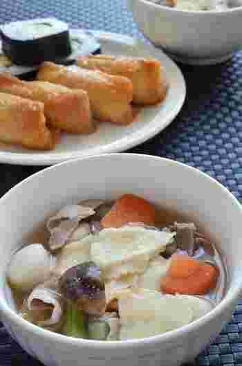 「せんべい汁」は肉や魚の出汁をベースに根菜類などの野菜を煮込み、鍋用の南部せんべいを割入れていただく青森県八戸市周辺の郷土料理です。野菜の素朴な味わいと共に、汁を吸ってモチモチになったせんべいの独特な食感を楽しめます。