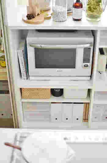ファイルボックスやかごなどを使って、少しの空間も逃さずに有効活用。ファイルボックスに入れると取り出しやすく、見た目もスッキリとします。