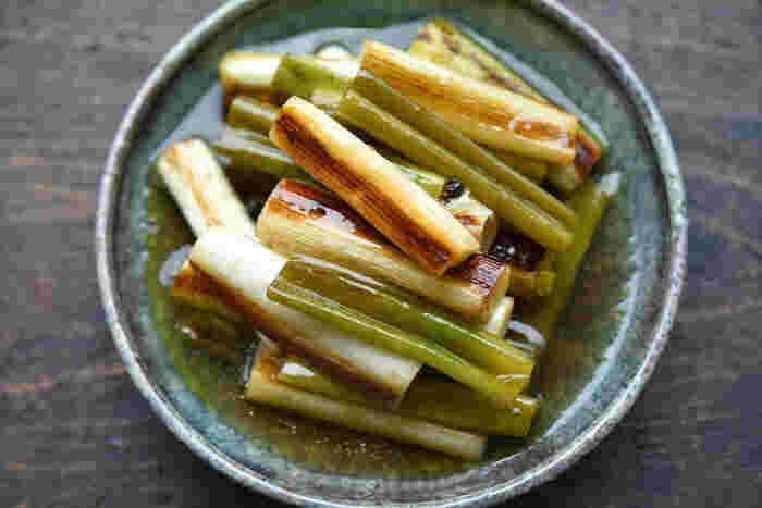 長ねぎをマリネ液に漬け込んで作るマリネは、そのままいただいたり、料理に添えたり、サラダの具材にも使えて便利。しかも、ねぎの青い部分も使えるエコなレシピです。