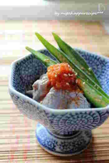 にんにく、生姜、コチュジャンの風味が食欲をそそるピリ辛ソースの豚しゃぶサラダ。オクラは食感をしっかり残して茹でるのがおすすめです。