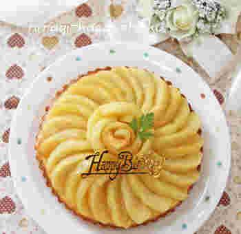 季節のフルーツで一度は作っておきたいタルト。フィリングはりんごと相性の良いチーズクリームで、爽やかさとコクが合わさった味わいです。
