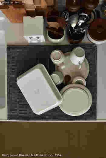 一枚を大きく広げて食器を乾かすように、重ねていくのはパズルのようで面白いですね。