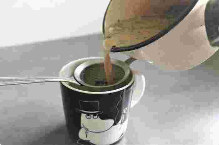 火を消したら、カップに茶こしを使って注いで、できあがり♪ お好みでお砂糖を入れていただきましょう。ミルク・茶葉・お湯の量によって味はだいぶ変わるので、いろいろとお試しくださいね。