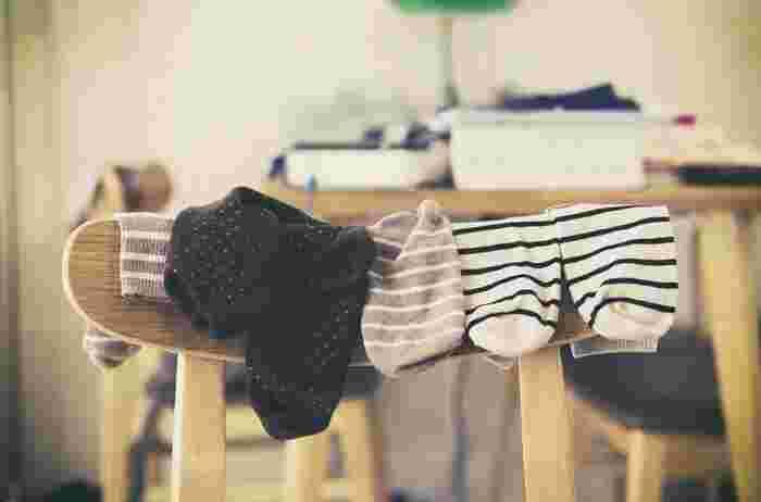 靴下メーカーも推奨している靴下の洗い方は、「裏返して洗う」というもの。靴下の表側と裏側は異なった繊維で作られていることが多く、裏側によく使われる化学繊維にはたんぱく質汚れが絡みやすくなっています。  裏返しにしてから洗うことで、ニオイの元となるたんぱく質汚れが落ちやすくなります。