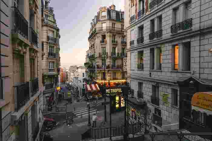 パリが舞台のキュートな映画「アメリ」は、小説化されていて本で楽しむことができます。空想好きのまま大人になったアメリは、周りの誰かに小さな幸せを運ぶのが大好き。そんなアメリの物語が、かわいい挿絵と一緒に綴られていますよ。