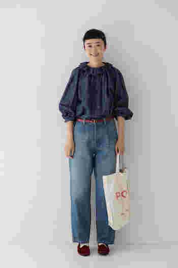 フリルブラウスはシンプルに一枚で着ても主役になるアイテムです。たっぷりとした袖は、まくってパフスリーブ風に着ても◎。濃淡をつけたデニム×デニムのコーデに、ベルトとシューズでポイントをプラス。