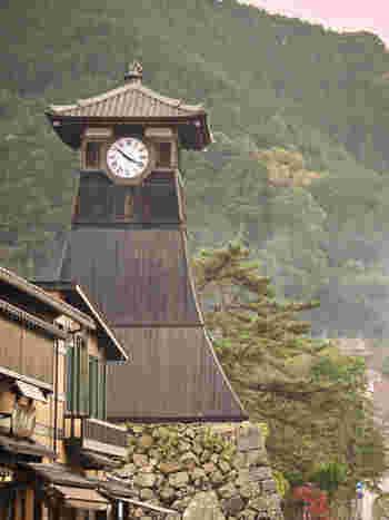 同じく兵庫県にある辰鼓楼は、札幌の時計台と並んで日本国内最古級の時計台と言われています。1881年に現在の時計台の姿になったとされています。元々は出石城の一角の櫓であり、歴史感じられる観光スポットになっています。  小出吉英が築いた出石城を中心に、城山稲荷、出石永楽館、宗鏡寺、酒蔵など、歴史の流れを感じる街並みが広がります。