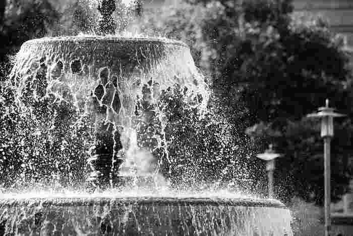 シュワシュワと噴水のように噴き出す、不思議な「噴水フルーツポンチ」。お子さんの誕生日会やアウトドアが盛り上がると、SNS等で人気を集めています。