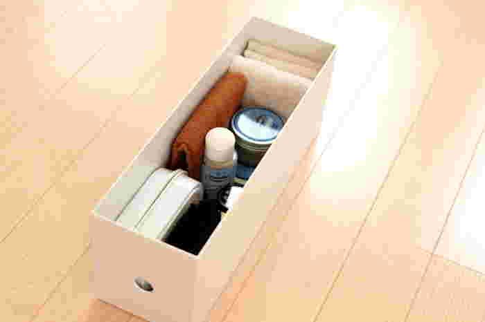 収納グッズとして大人気の、無印良品のファイルボックス。従来のタイプの高さ半分の1/2タイプは、靴のお手入れグッズの収納にちょうど良いサイズ。シューケアグッズとともに古タオルを切ったウエスも一緒にセットしておいて、ボックスひとつでケアがサッとできるように工夫を。