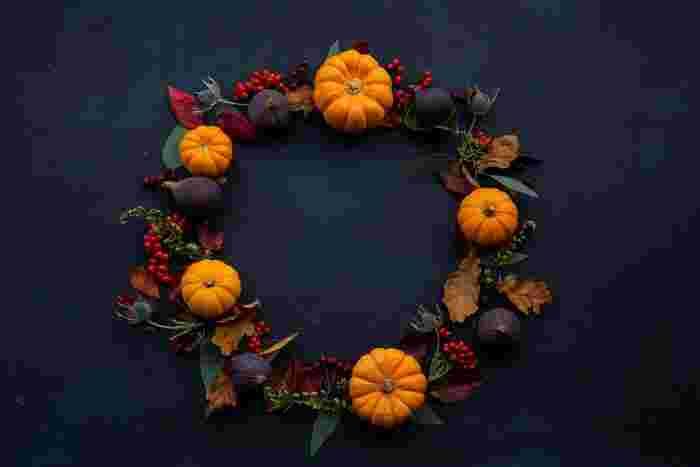 ミニかぼちゃやイチジクなど、秋らしい食べ物やカラーリングのリース。玄関ドアに飾るだけで、秋気分を盛り上げてくれること間違いなしです。