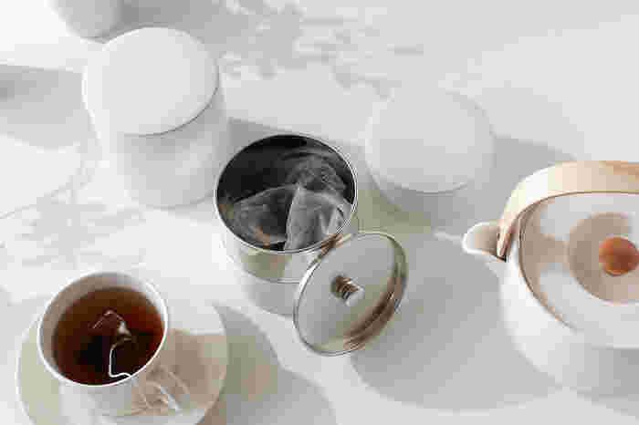静かに、さりげなく、日常に寄り添ってくれるような佇まいのキャニスターです。どんなお部屋にもフィットしそうですよね。Sサイズはコーヒー豆150g、Mサイズは200gほど入ります。