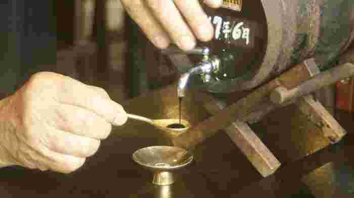 また、マイナス3度の熟成樽で20年仕込んだコーヒーも見逃せない絶品。とろりとした濃厚な液体を口に含むと、香りや風味が一気に広がり、ワインのような豊潤さが感じられます。そのお値段、なんと1杯40㏄で7万5000円!ただし、ティースプーン1杯1500円からのお試しもOKです。こだわりぬかれているからこそどのメニューも値が張るので、ぜひ時間や懐に余裕をもって足を運んでみてください。