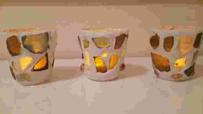 こちらはプリンのカップを使って作る、キャンドルホルダー。シーグラスをカップの表面に接着し、隙間を紙粘土で埋めていきます。ゆらゆらと揺れる炎がシーグラスに映り込み、幻想的な空間に。