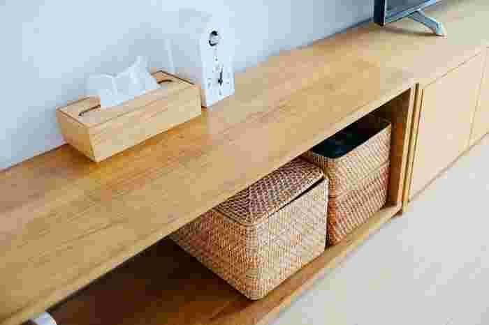 テーブルベンチという名前の通り、ダイニングテーブルのベンチとしてはもちろん、ローテーブルとしても使用できる絶妙な高さ。カゴやボックスを使えば、リビング収納力をアップする力強い味方になりますよ。 天然木特有の素朴さや、あたたかみのある表情も楽しんで◎
