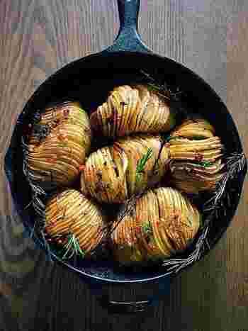 耐熱皿で焼くほか、写真のようなスキレットを使ってオーブンで焼くのもオススメ!そのままテーブルに出すことができ、とてもおしゃれです♪
