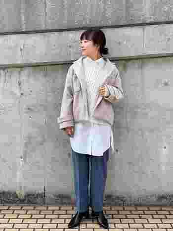 ニット×ロングシャツの重ね着コーデは、ショート丈のゆったりコートを羽織って。素材の質感や着こなし技が光る上級者レイヤードスタイルです。