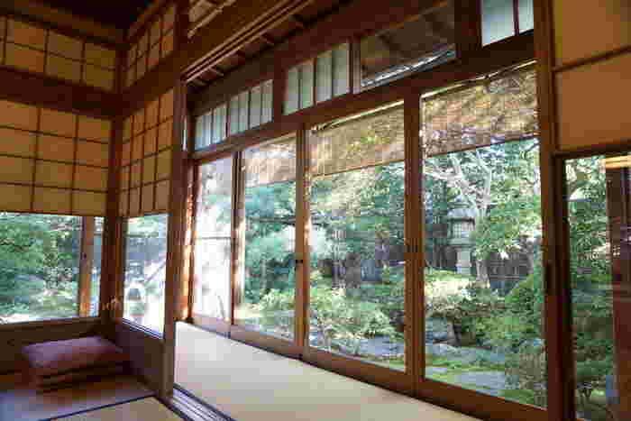 「茶寮宝泉」の素晴らしさは、何と言っても季節の移ろいが感じられる「日本庭園」です。
