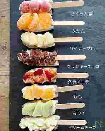 一見するとおしゃれな棒アイスなのですが、こちらはバナナを半分に切ったものと生クリームで棒を挟んで上にお好きなフルーツなどをトッピングして作るだけのバナナアイスのアレンジ。見た目も可愛らしく楽しいので、色んなトッピングで作ってストックしておきたくなります!