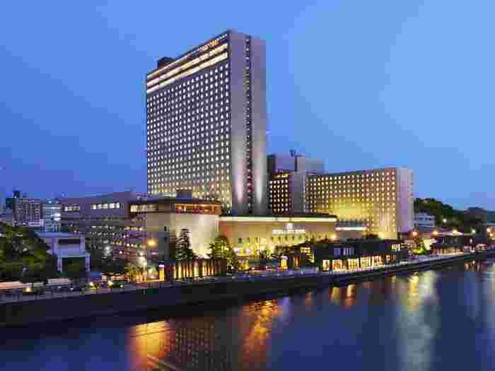 リーガロイヤルホテルは宿泊客のニーズに合わせた嬉しいプランがいくつも用意されています。(以下は2019年4月現在の一例です) 〈ユニバーサル・スタジオ・ジャパンとのコラボレーションルーム〉 大阪の観光名所ならUSJも一度は行ってみたい場所のひとつですね。一室限定のステイプランで、ユニバーサル・スタジオ・ジャパンのキャラクターで散りばめられた可愛いルームが用意されています。さらに部屋内には、お子様が遊べるキッズコーナーもあります。ホテルからはUSJ行きの直通無料シャトルバスが毎朝1便出ていますよ(所要時間約25分)。  〈期間限定レディースエリア(2019年5月31日(金)まで)〉 チューリップ、ダリア、牡丹など部屋ごとに違ったお花をモチーフにしたデザインで、旅行の疲れを癒してくれる落ちついた空間が期間限定で用意されています。もちろん、セキュリティもしっかりされていますよ。ウエルカムスイーツや美容機器も用意されていますよ。  他にもバラエティーに溢れたプランがたくさんあるので、ご自身に合ったプランを見つけてみてくださいね。