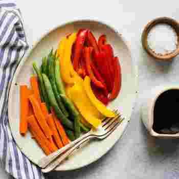 彩り鮮やかな蒸し野菜も密閉して、お湯に入れて作れる。忙しい時はレンジで作ればもっと簡単に。