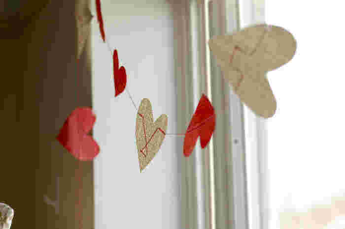 ハートを運命の赤い糸でつなぎあわせたような、結婚式にもおすすめのロマンティックなガーランド。どうやって作っているかというと…