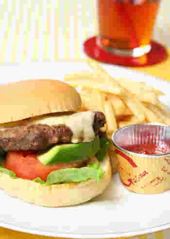 具だくさんで食べ応えのある「チーズバーガー」。パテが焼きあがったら、フライパンからあげる前に、チーズをON。とろ~りと溶けて、濃厚&アツアツな味わいが楽しめます♪